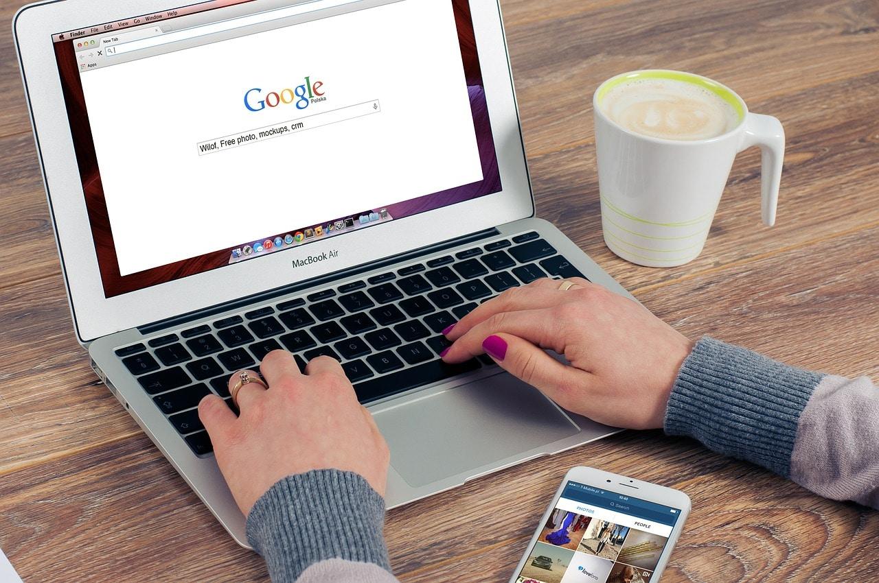 google-mac-computer-hands